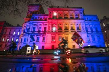 La cancillería en Londres iluminada con los colores británicos