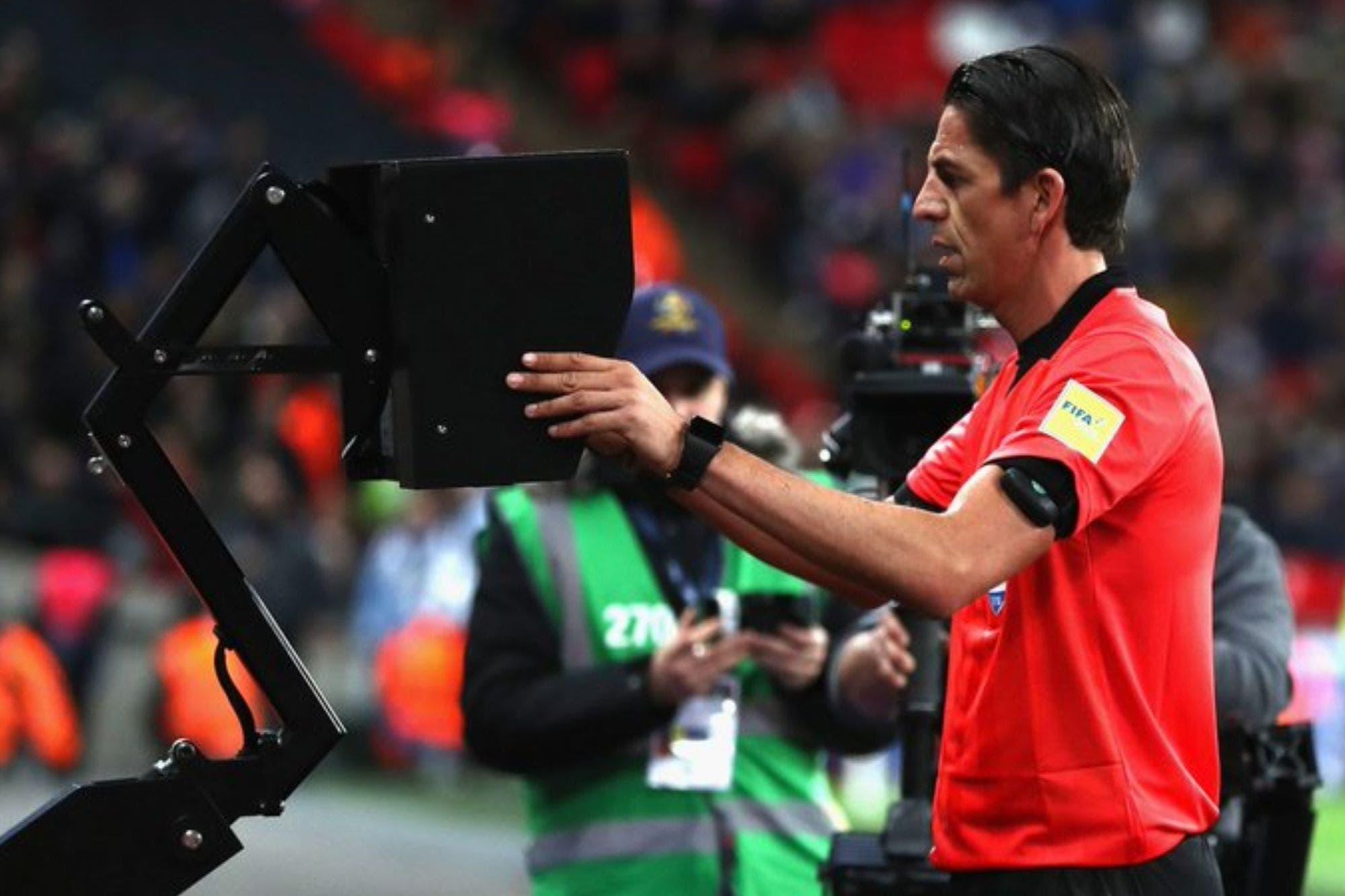 La FIFA permite que el fútbol holandés pruebe cinco nuevas reglas y cuestiona aspectos del VAR