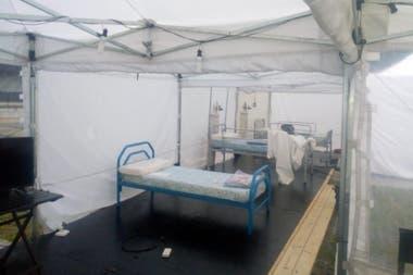 Algunos colectivos de gira, estacionados en la puerta de algunos hospitales, hoy están siendo utilizados para que descansen los médicos. Además, desde CAPTE montaron hospitales carpa de forma gratuita y ofrecieron toda su infraestructura para quien lo necesite