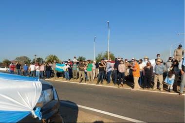 Los productores, al costado de la ruta en Las Breñas, Chaco
