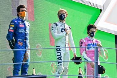 Pierre Gasly de Alpha Tauri celebra ganar el Gran Premio de Italia en el podio con Carlos Sainz Jr. de McLaren en segundo lugar y Lance Stroll Pool de Racing Point.