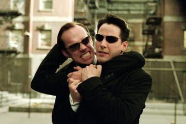 Hugo Weaving y Keanu Reeves aparecen en una escena de Matrix recargado