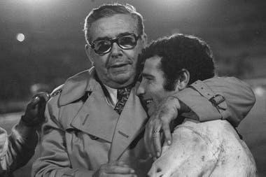 El jugador argentino de Boca Juniors, Ernesto Mastrangelo, derecha, es abrazado por el presidente argentino de Boca Juniors, Alberto Armando, luego de la tanda de penales de la final de la Copa Libertadores en Montevideo, Uruguay, el miércoles 14 de septiembre de 1977.