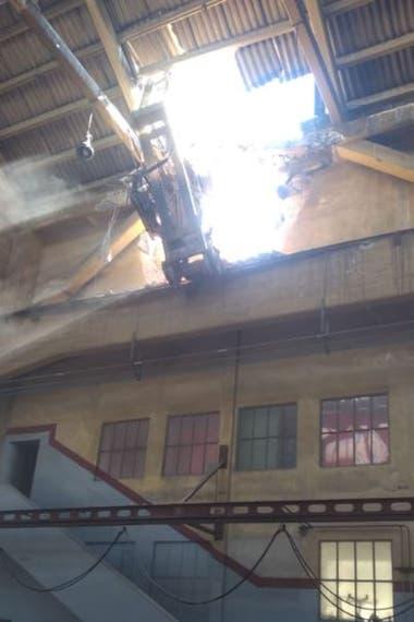 Los destrozos en el techo de uno de los depósitos del astillero