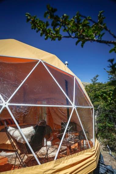 Desde afuera, uno de los domos de estructura geodésica, en medio del bosque.