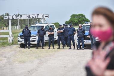 La entrada del campo está custodiada por la policía