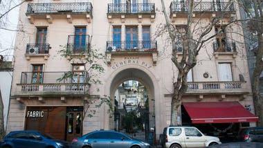 El Pasaje General Paz fue construido en 1925 y atraviesa la manzana; tiene entrada tanto por Ciudad de la Paz 561 como por Zapata 552