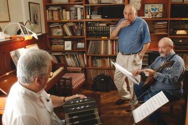 En su estudio, junto con dos enormes músicos: el bandoneonista Wálter Ríos y el guitarrista Ricardo Lew