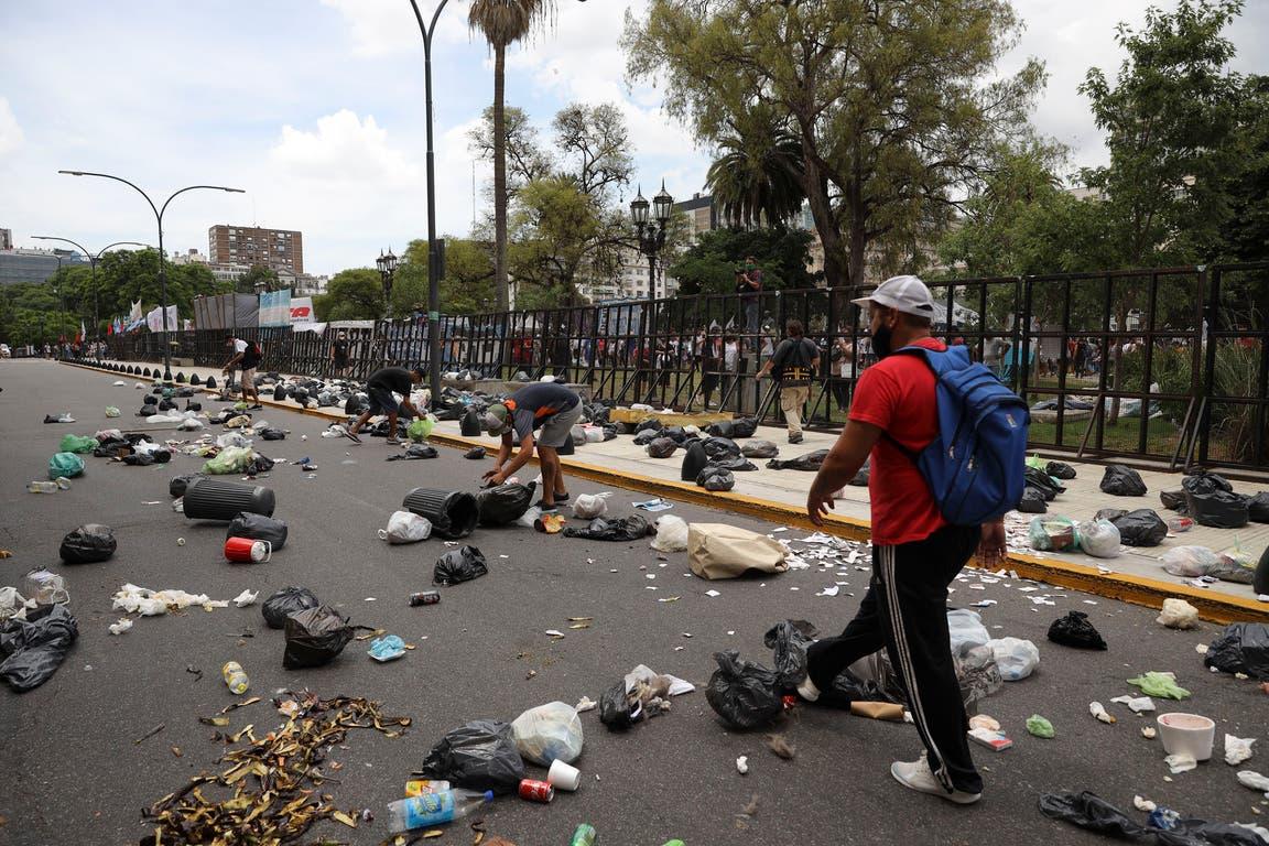 Los manifestantes a favor de la liberación de la dirigente condenada por asociación ilícita y defraudación al Estado arrojaron basura en el Palacio de Tribunales
