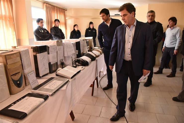 El ministro Ritondo observó ayer la sala de control de apuestas ilegales