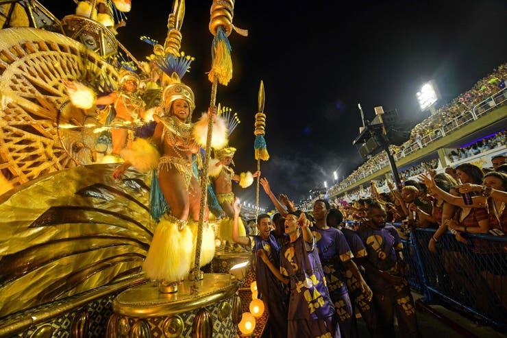 La procesión de la escuela Paraiso do Tuiuti pasa junto al público