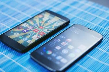 Tanto en Android como en el iPhone es recomendable eliminar todos los datos del teléfono antes de venderlo