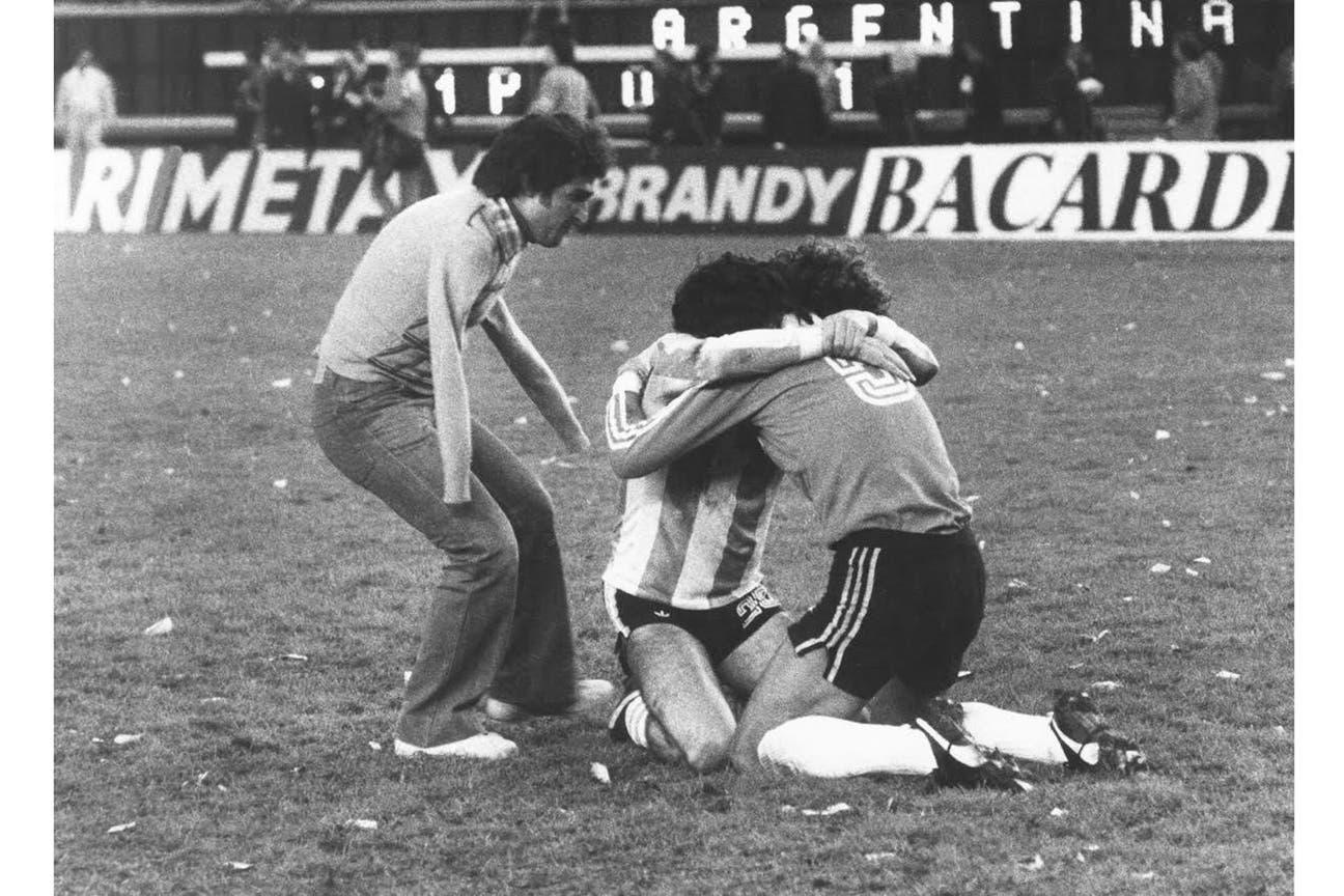 """El emblemático """"Abrazo del alma"""" de Ricardo Alfieri en el Mundial 78 integra la muestra de Fola"""