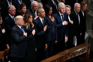 Trump, Obama, Clinton, unidos en el funeral del expresidente George H.W. Bush, en la catedral de Washington