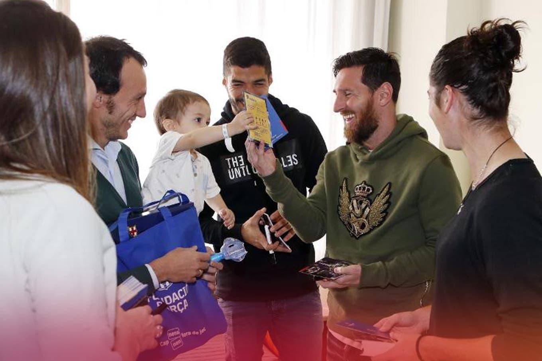 La conmovedora reacción de un chico al conocer a Lionel Messi en un hospital de Barcelona