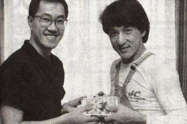 Akira Toriyama a la izquierda, obsequiándole a Jacki Chan algunos tomos de su obra.