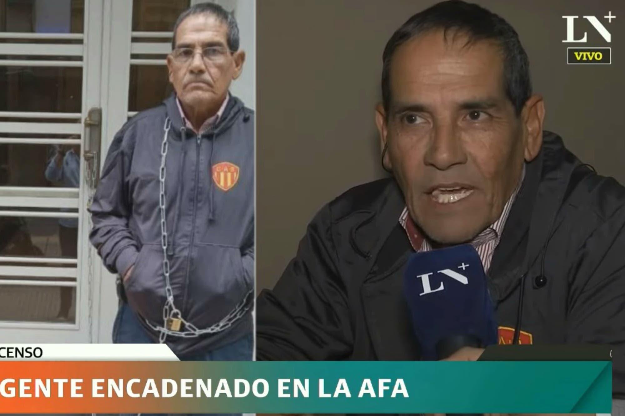 Escándalo en el ascenso: un dirigente se encadenó en la puerta de la AFA