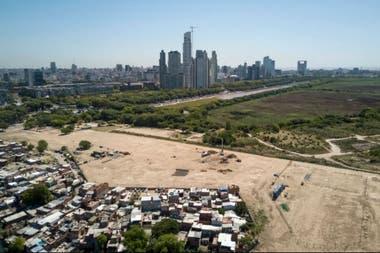 En marzo de 2018 se veía el terreno preparado para construir los 46 edificios con más de 600 departamentos; de fondo, las torres de Puerto Madero y la reserva ecológica de Costanera Sur