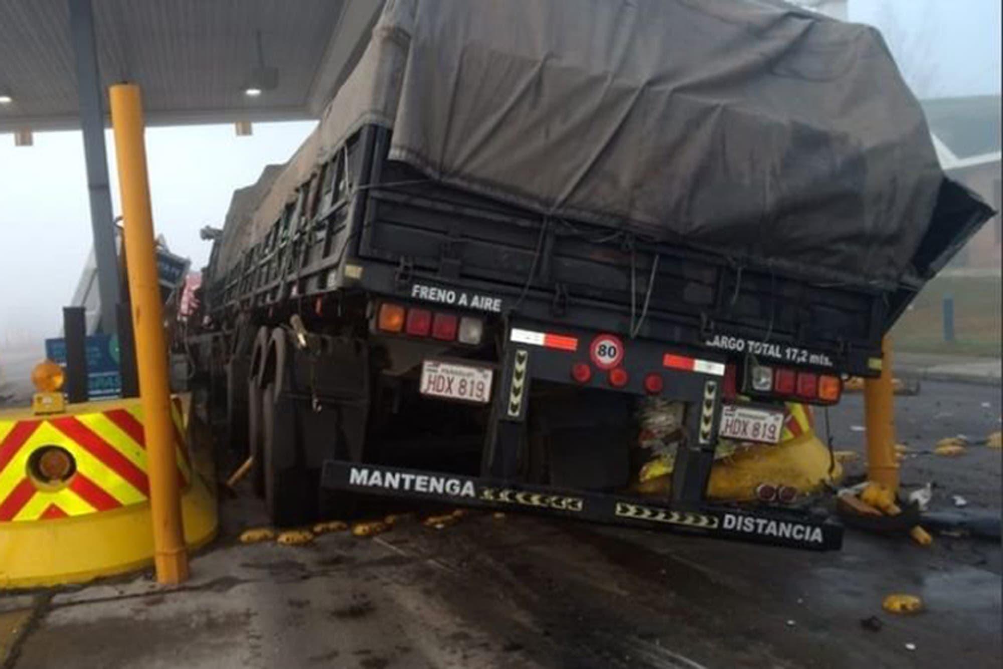 Un camión embistió una cabina de peaje en la Autopista Rosario-Santa Fe - LA NACION