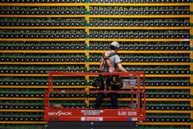 """Un técnico inspecciona las computadoras dedicadas a """"minar"""" bitcoin, es decir a realizar los procesos informáticos que reciben a cambio un pago en bitcoin"""