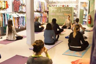 Juana de Arco promueve las clases de yoga (las da en forma virtual)