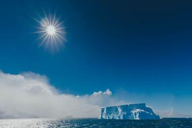 Los paisajes de la Antártida teñidos de blanco y celeste que cautivan