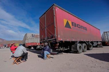 Los camiones están varados en varios playones a lo largo de la provincia, a la espera de que mejoren las condiciones meteorológicas