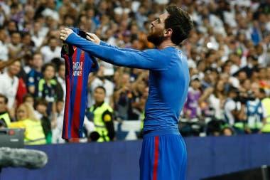 Lionel Messi celebra tras anotar durante el clásico de la liga española contra el Real Madrid, en el estadio Santiago Bernabeu, el 23 de abril de 2017