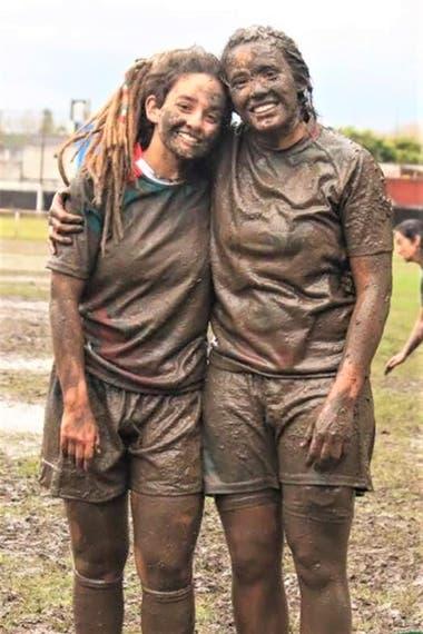 Las hermanas Mansilla, felices después de una jornada de rugby
