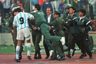 Ya en los minutos finales, Julio Cruz recibe la trompada de José Trujillo, chofer de la delegación boliviana. El golpe es el pómulo derecho