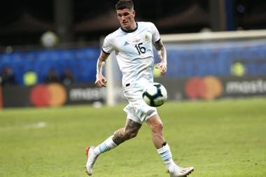 Rodrigo De Paul se superpuso con Leandro Paredes; el doble 5 de la selección es uno de los puntos a corregir en el funcionamiento colectivo