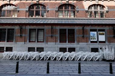 Esta imagen tomada el 19 de octubre de 2020 en Bruselas muestra sillas apiladas afuera de un restaurante cerrado, en el día de la implementación de nuevas medidas sanitarias destinadas a frenar la propagación del coronavirus