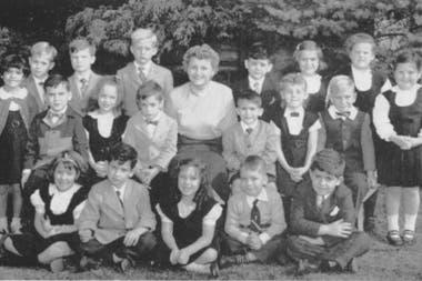 Donald Trump, ubicado en la fila de arriba a la derecha de la maestra (Kew Forest School)