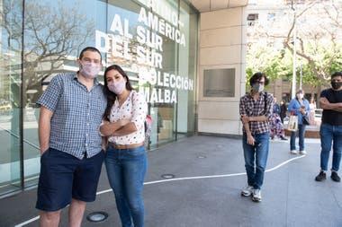 Con turno, Ailén Saavedra y Manuel Becerra, docentes de literatura e historia, respectivamente, fueron los primeros en ingresar al Malba este mediodía