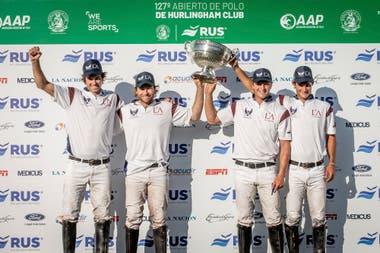 La Ensenada-La Aguada es el otro equipo que se tomó fotos con dos trofeos en la temporada: ganó la rueda de perdedores de Hurlingham y se anotó su nombre en la copa Drysdale, como lo había hecho con la Sarmiento en Tortugas.