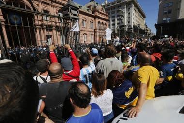 El cierre del acceso a la Casa Rosada derivó en incidente adentro y afuera del Gobierno