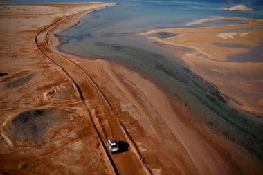 """El Mar Rojo fue """"acompañante"""" de los pilotos del Dakar en la etapa 9, en Arabia Saudita; el Mini de Stéphane Peterhansel transita hacia el triunfo al lado del agua en el desierto."""