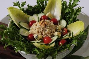 Ensalada fresca de lechuga, quinoa, cherries y pepinos, para época de dieta