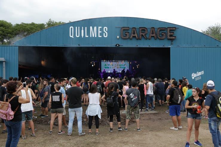 El escenario del Quilmes Garage ubicado en uno de los hangares del aeródromo.