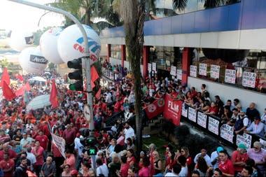 Partidarios de Lula frente a la sede del sindicato de Metalúrgicos