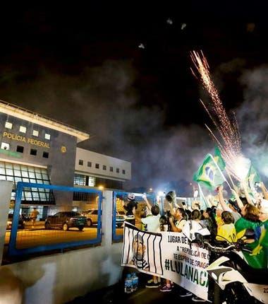Anoche hubo festejos frente a la sede policial en la que quedó preso Lula, en Curitiba