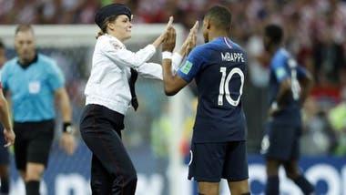 Una de las mujeres que ingresó al campo de juego saludó a Mbappe antes de ser expulsada