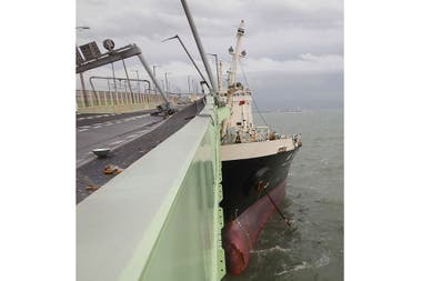 El barco incrustado en el puente