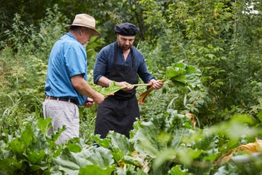 Germán Martitegui visita a los productores locales y busca personalmente los alimentos que lleva a los platos de Tegui