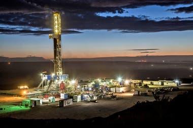 Día y noche. Equipo de perforación de YPF en el área petrolera de Loma Campana, que explota asociada a la multinacional norteamericana Chevron; la actividad no se detiene nunca