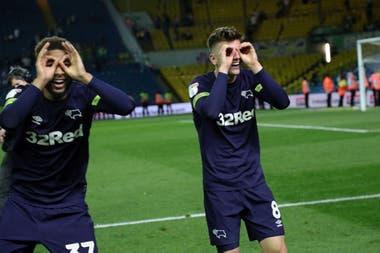 La celebración irónica con binoculares de los jugadores de Derby County