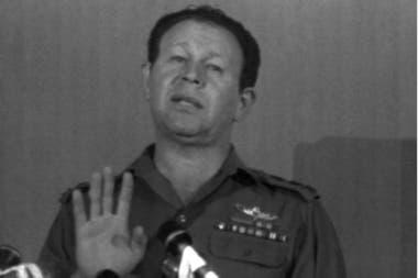 Como otros comandantes, Gur inició su carrera política que lo llevó a desempeñarse como Ministro de Salud y posteriormente como Ministro de Defensa; en 1976, le tocó dirigir como miembro del gabinete, el rescate de rehenes judíos en Entebbe durante la dictadura de Idi Amin Dada