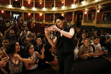 """La bailarina y directora Tamara Rojo y una selfie con el público en la conferencia """"Historias que inspiran"""""""