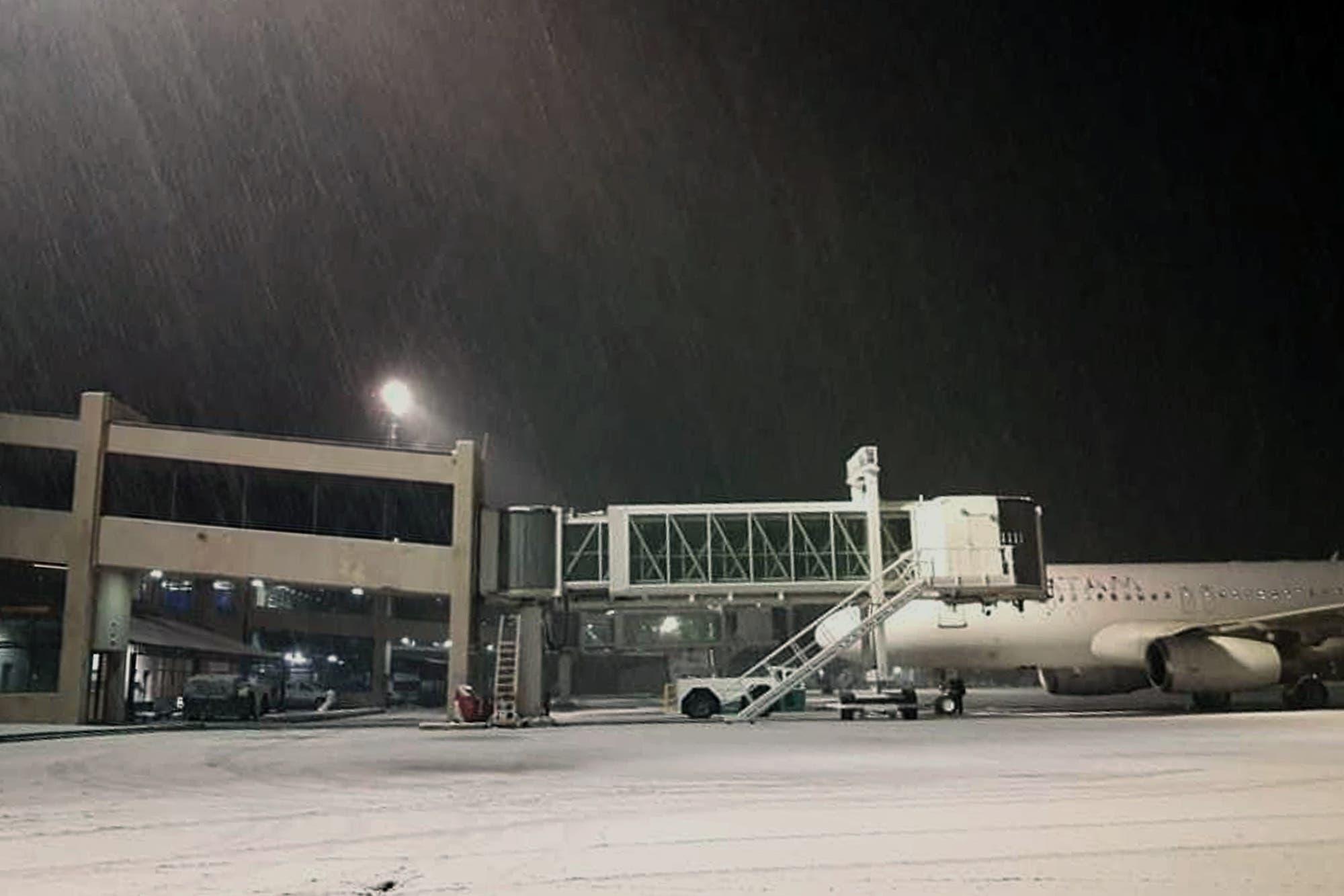 Intensa nevada en Bariloche: cierran el aeropuerto, al menos, hasta mañana a las seis