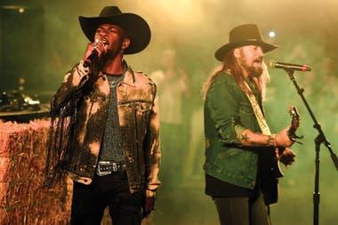 Nas y Billy Ray Cyrus en Stagecoach en California; aparecieron sin previo aviso en un set de Diplo